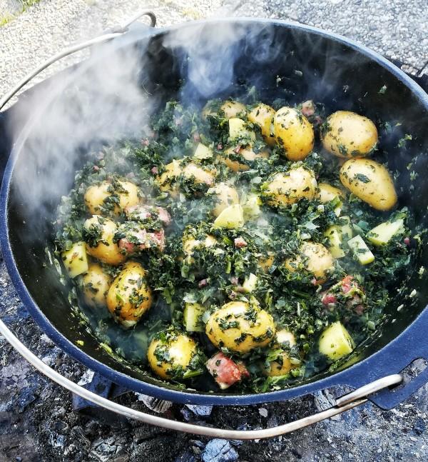 Nun wechselt ihr mit eurem Dutch auf die Kohlen, die Feuerschale oder der Feuerstand haben nämlich ab jetzt zu viel Dampf. Die gewürfelten Kartoffeln und die Drillinge gebt ihr jetzt dazu, rührt diese unter und natürlich wieder Deckel drauf, diesmal für 30-45min.