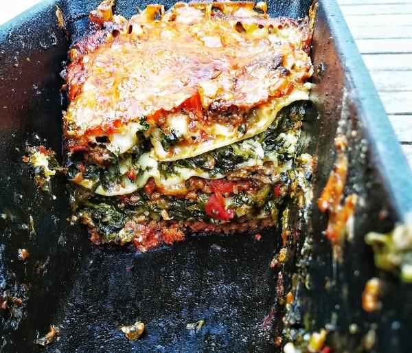 Nun geht es ans Schichten. Den Anfang macht die Tomaten-Hackfleischmasse. Dann 1 Lage Lasagneblätter, hier ist es wichtig dass die Blätter nicht überlappen! Jetzt Béchamel. Nun Spinat-Fetakäse-Mischung... Tomaten-Hackfleischmasse. Lasagneblätter. Béchamel Usw. bis ihr zum Schluss mit einer letzten Schicht Béchamel endet. Einsatz des Parmesan, der jetzt schön dick auf der Béchamel platz nimmt. Als krönender Abschluss kommt der Gratin Käse oben drauf.